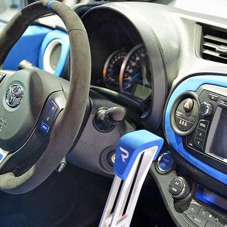 Volant Toyota Yaris R Alcantara gris coutures grises rappel bleu
