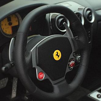 Volant Ferrari F430 cuir nappa lisse et perforé noir, épaississement de la jante, point losange, fil noir