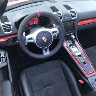Volant Porsche en cuir nappa lisse et perforé noir, bande de rappel cuir nappa rouge à 12h, point losange, fil rouge