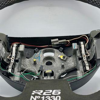 Volant Renault Megane RS R26 cuir nappa noir perforé, alcantara noir, bande de rappel cuir nappa lisse rouge, point losange, fil gris, broderie R26