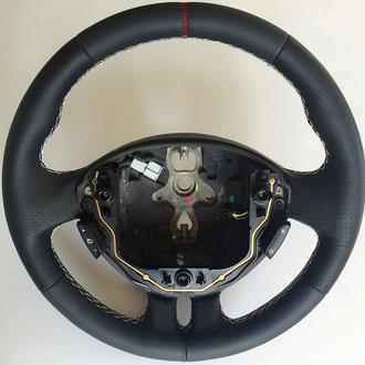 Volant Renault Clio 3 RS cuir nappa lisse et perforé noir, coutures blanches, points losanges, rappel couture rouge à 12H
