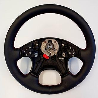 Volant VW Golf 3 VR6 en cuir grainé noir, coutures rouges, point de croix, épaississement de la jante en mousse IV3 3m/m