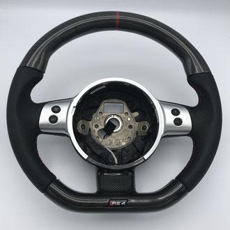 Volant Audi RS4 en cuir nappa noir perforé, point losange, fil rouge, création partie carbone en partie haute