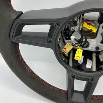 Volant Porsche Amantea noir, point de croix, fil rouge