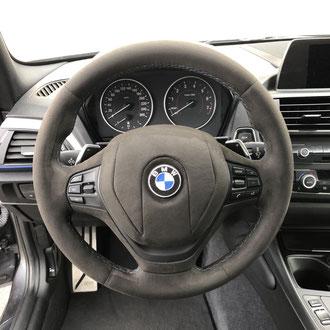 Volant BMW M135I alcantara noir, point M, gainage partie centrale, insert peint en noir, broderie BMW