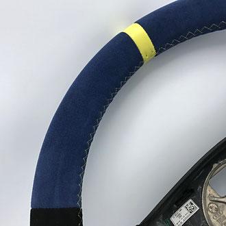 Détail volant Audi A3 en cuir retourné bleu et noir, bande de rappel cuir nappa lisse jaune, point de croix fil jaune, épaississement de la jante en mousse IV3