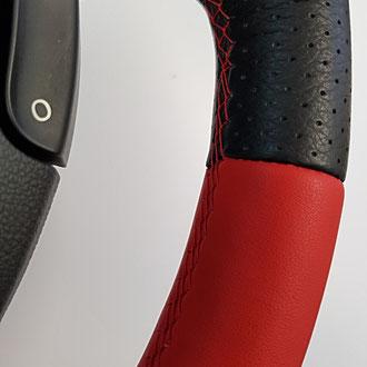 Détail volant Renault Clio 3 RS en cuir nappa lisse noir et rouge, cuir perforé noir, coutures rouges, point tissé 1/1, bande de rappel cuir rouge à 12h