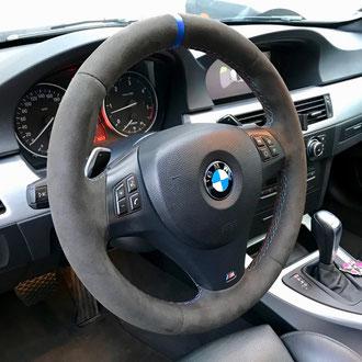 Volant BMW M, Alcantara noir, bande de rappel cuir bleu à 12 h, point M