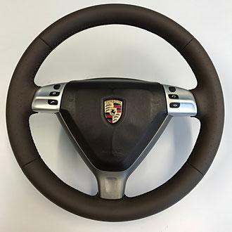 Volant Porsche en cuir nappa lisse et perforé Cocoa, épaississement de la jante en IV3, coutures noires, point de croix