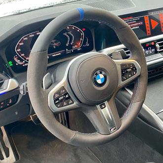 Volant BMW M340i Alcantara noir, cuir nappa lisse noir, bande de rappel cuir grainé bleu, point M