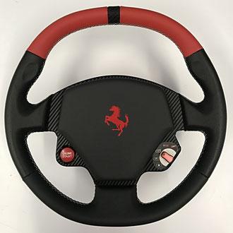 Volant Ferrari F430 en cuir Nappa lisse et perforé noir et rouge, cuir Carbone, Broderie Cavallino, coutures Italia