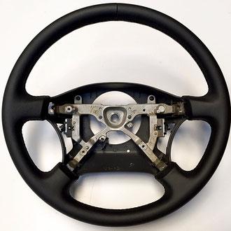 Volant Toyota HDJ 100 cuir grainé noir, coutures noires, points de croix