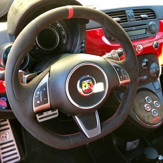 Volant Fiat 595 ABARTH Alcantara noir, bande de rappel nappa lisse rouge, point de croix, fil rouge