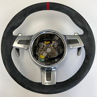 Volant Porsche Cayman en cuir retourné gris, bande de cuir retourné rouge à 12h, coutures grises, point losange