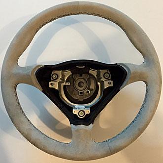 Volant Porsche Boxster en cuir retourné gris, coutures noires, points losanges