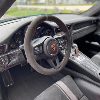 Volant Porsche GT3 Amantea noir, bande de rappel Amantea gris, point de croix, fil gris