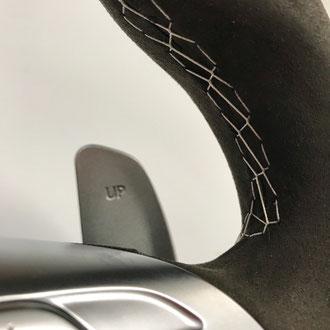 Détail volant Mercedes C63 AMG Alcantara noir, point losange, fil gris