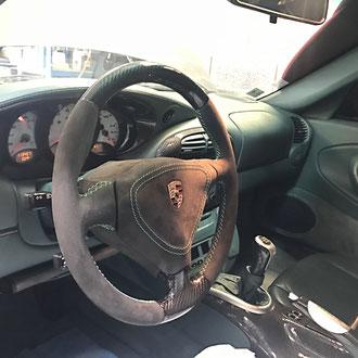 Volant Porsche 996 en Alcantara noir, point de croix, fil vert, création haut et bas en carbone