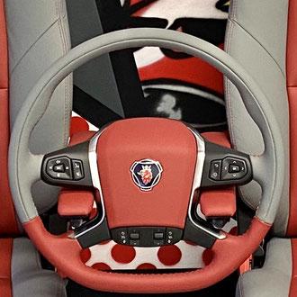 Volant Scania S cuir nappa lisse rouge et gris, point de croix, fil gris et rouge, gainage parie centrale cuir nappa lisse rouge