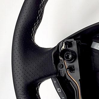 Détail volant Renault Clio 3 RS, coutures blanches sur cuir nappa noir lisse et perforé