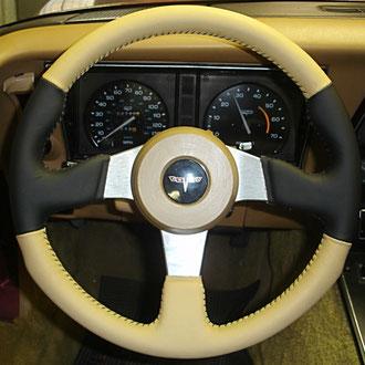 Volant cuir nappa noir et tan coutures noires Corvette 81, points simples