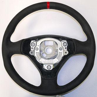 Volant Audi TT Mk1 Alcantara noir, bande cuir nappa rouge, coutures noires, points losanges