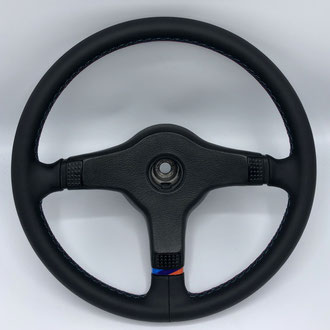 Volant BMW M3 E30 en cuir nappa lisse noir, point et couture M
