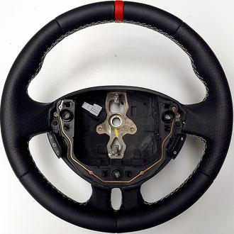 Volant Renault Clio 3 RS cuir nappa noir lisse et perforé, rappel cuir nappa rouge, coutures blanches, points losanges