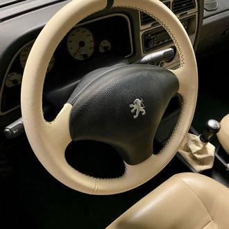 Volant Peugeot 306 Roland-Garros cuir grainé beige, bande de rappel cuir grainé vert, point de croix, fil vert, soufflet assorti