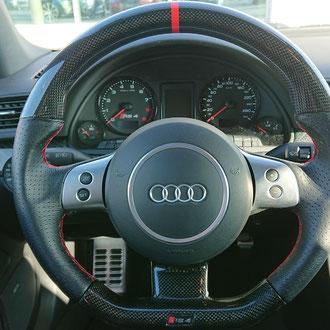 Volant Audi RS4 cuir nappa perforé, point losange, fil rouge, création haut en carbone véritable, bande de rappel rouge a 12h