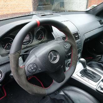 Volant Mercedes C63 AMG en cuir nappa lisse noir, Alcantara noir, bande rappel cuir nappa lisse rouge à 12h, point de croix