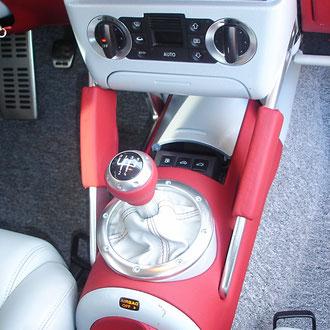 Pommeau levier de vitesse, soufflet et frein à main, cuirs gris et rouge coutures ton sur ton Audi TT MK1