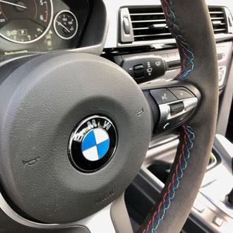 Détail volant BMW M Performance Alcantara noir, point M