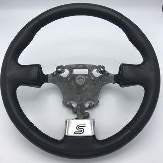 Volant Ford Fiesta ST en cuir nappa lisse et perforé noir, point de croix, fil rouge