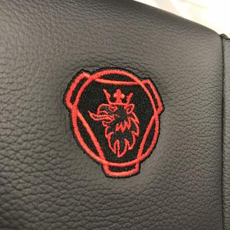 Détail broderie Scania rouge et noire