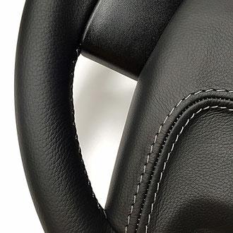 Détail gainage AirBag JEEP, surpiqures grises sur cuir grainé noir