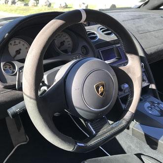 Volant Lamborghini Gallardo Superleggera Alcantara noir, point de croix blanc, rappel cuir blanc à 12 h