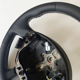 Détail volant Clio 3 RS cuir nappa lisse et perforé noir, coutures blanches, points losanges