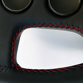 Détail volant VW Golf MK1 GTI cuir nappa, noir coutures rouges, points de croix et simples