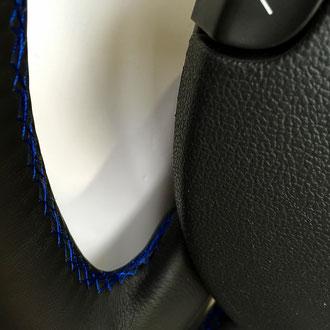 Détail volant Renault Clio 3 RS cuir nappa noir lisse, coutures bleues