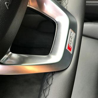 Détail Volant Audi SQ7 en cuir nappa lisse et perforé, point losange, fil noir, épaississement de la jante en mousse IV3