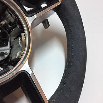 Détail volant Porsche Cayman en cuir retourné gris, coutures grises, point losange