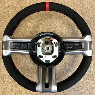 Volant Ford Mustang Alcantara noir, bande de cuir nappa lisse rouge, épaississement de la jante en IV3 Aéro, point de croix, fil rouge