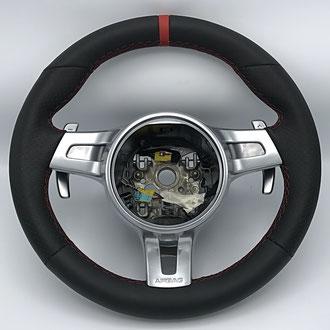 Volant Porsche Cayman cuir nappa lisse et perforé noir, bande de rappel cuir nappa lisse rouge à 12h point losange, fil rouge, épaississement  de la jante en IV3