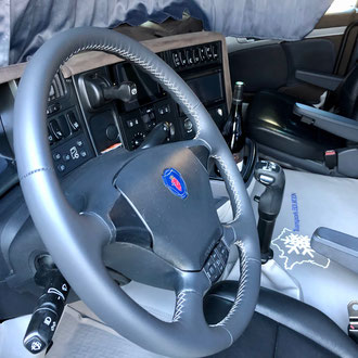 Volant Scania R cuir anthracite, point de croix, fil gris