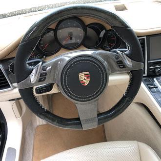 Volant Porsche Panamera 4S cuir nappa perforé, point de croix, fil beige, gainage partie AirBag cuir nappa lisse, peinture cache central gris + vernis