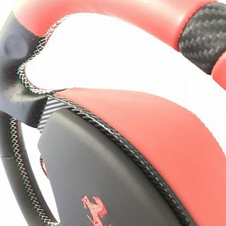 Détail volant Ferrari F430 cuir Nappa lisse et perforé rouge et noir, cuir carbone , broderie Cavallino, coutures Italia
