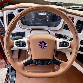 Volant Scania S 2020 cuir Alezan, gainage partie centrale, point de croix, fil Alezan