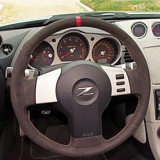 Volant Nissan 350Z Alcantara noir, bande cuir nappa rouge, coutures oranges, points de croix