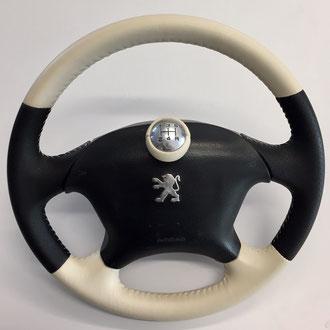 Volant 406 Coupé Settant'Anni en cuir nappa noir perforé et cuir lisse beige, couture beige, point simple, pommeau assorti